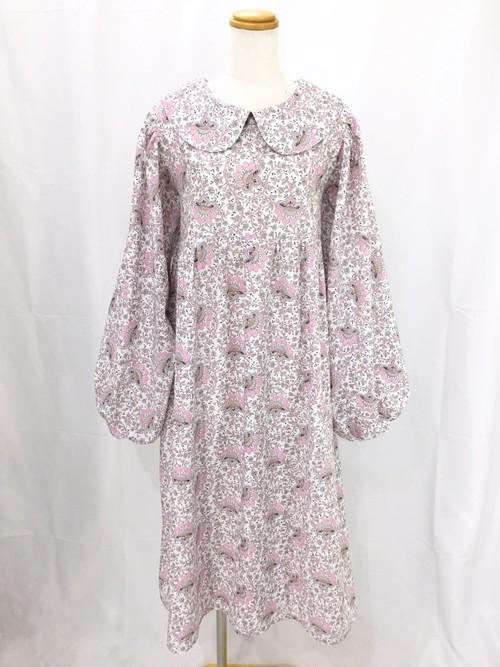 上質なピンク系花柄生地を贅沢に使った、ふっくらバルーン袖&たっぷりギャザースカートのふんわり柔らかいハイウエスト丸襟ワンピース~リボンを添えて 一点もの 手作り パフスリーブ バックリボン  ロング丈 マタニティウェア 通勤 通学