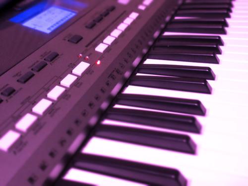 ピアノとアコースティックギター・ストリングス&ドラムのミディアムテンポ音楽素材・BGM