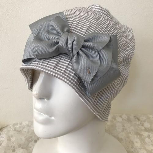 スワロフスキー付きレディリボンのケア帽子 シャーリング グレー白1