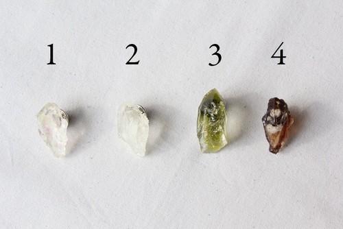 樹脂鉱石のピンブローチ