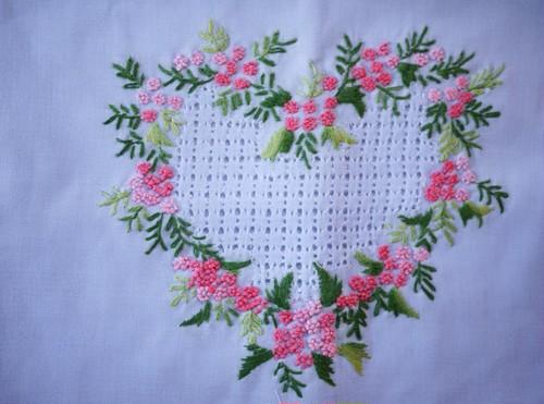花刺繍の巾着袋 ハートのリース刺繍 水色コットン