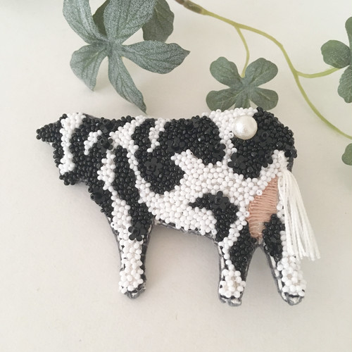 【受注生産】牛 black flower 刺繍ブローチ