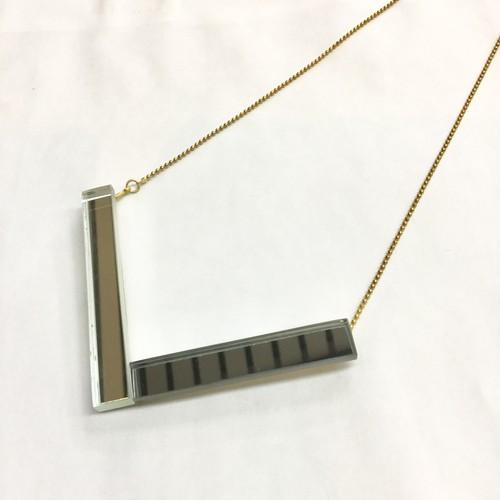 長方形ミラーのV字デザインネックレス