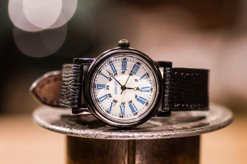 白蝶貝の文字盤と深みのある青の数字の組み合わせが美しい腕時計(Drake Round Mideum/店頭在庫品)