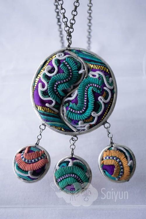 トン族の刺繍と銀細工のミャオ銀ネックレス