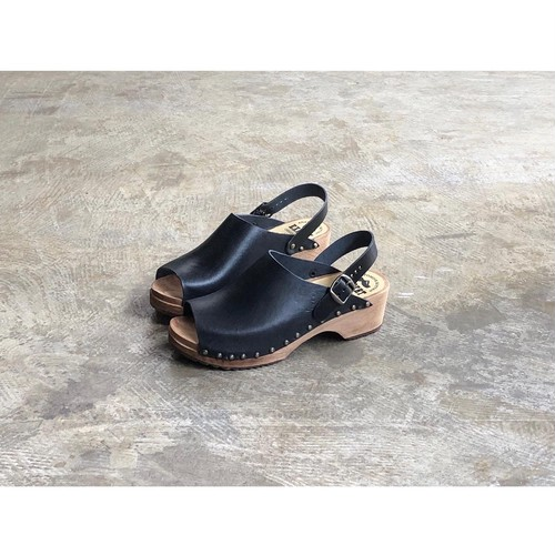 ARMEN(アーメン) Open Toe Buckle Clogs With Studs