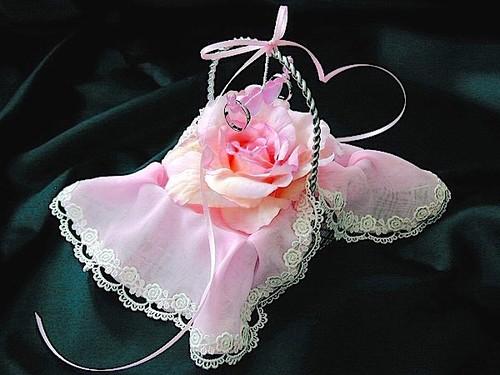 ピンクのバラを飾ったバスケットピロー