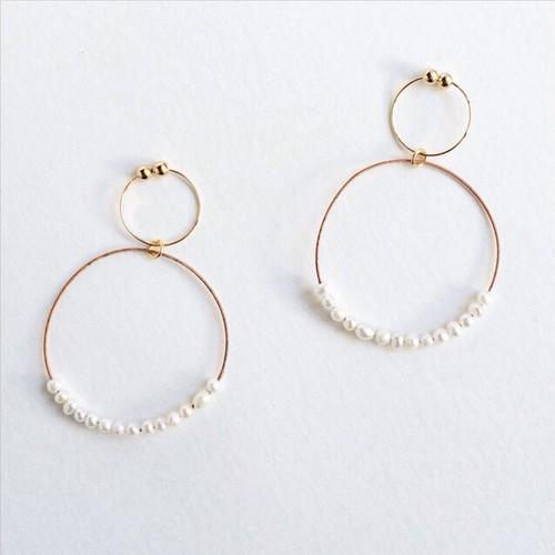 ピンクゴールドのヴィオラ弦と贅沢パールのフープイヤリング Viola string hoop earrings with tiny pearls L (Pink gold)