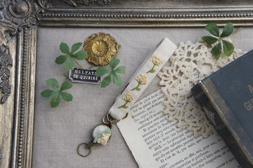 【卒入学祝い】刺繍のリールストラップ・ベージュ×かすみ草