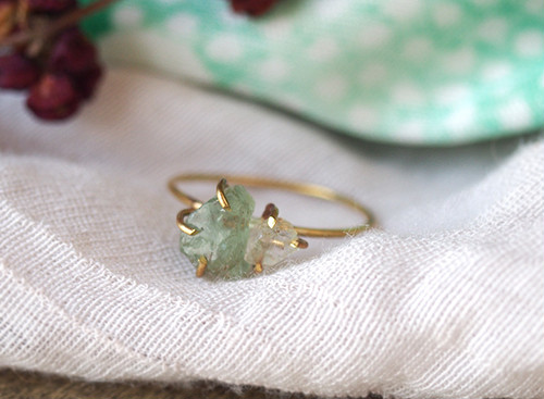 原石のグリーンアパタイトとダイヤモンドクォーツのリング