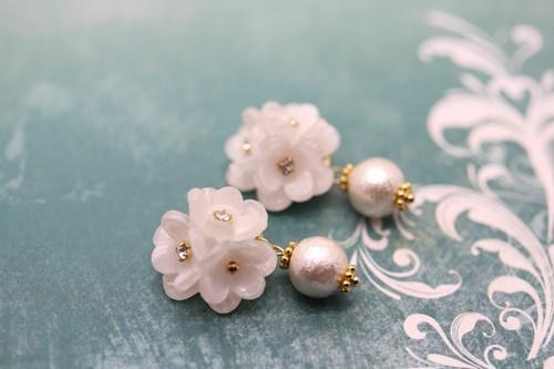 Wedding,白い花と揺れるコットンパールのピアス/イヤリング