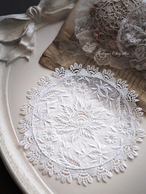 エレガントな白糸刺繍のドイリー