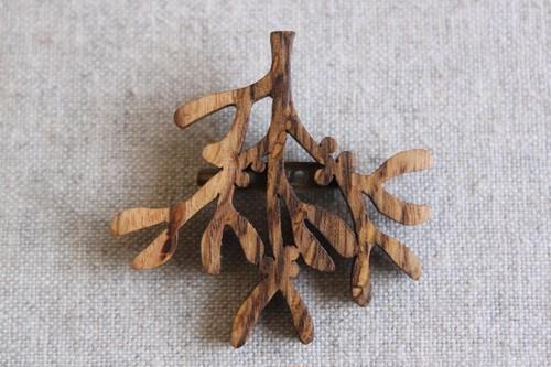 木製ヤドリギブローチ