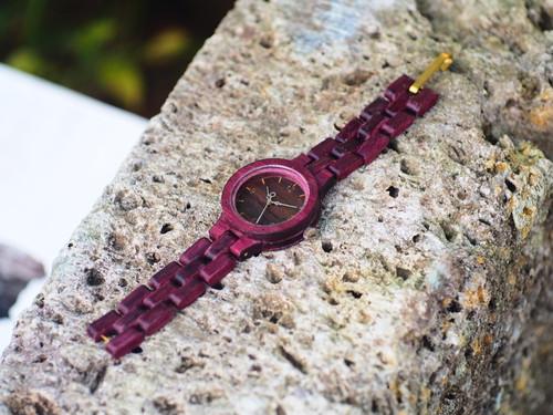 パープルハートと呼ばれる貴重な木材で製作した木製腕時計