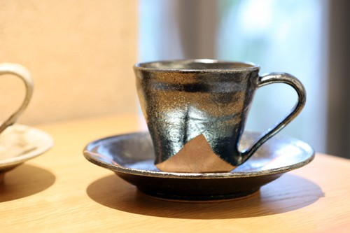 谷井芳山 信楽焼 樽灰炭化結晶釉 コーヒー碗皿 谷寛窯