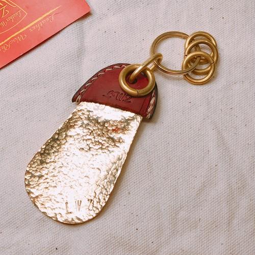 真鍮手打ち靴べら(シューホーン)× 真鍮手曲げリング×オイルレザーボルドー キーホルダー