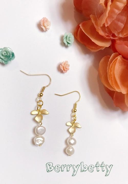 淡水パールと真鍮花びらのピアス