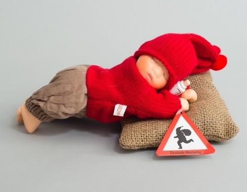 ノルウェーニッセ人形 哺乳瓶もってる