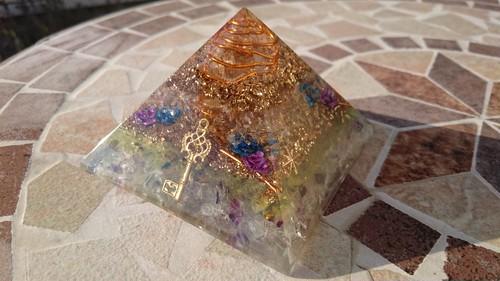 K09★ピラミッド(大)クフ王対比光るオルゴナイト(フローライト)自己開放