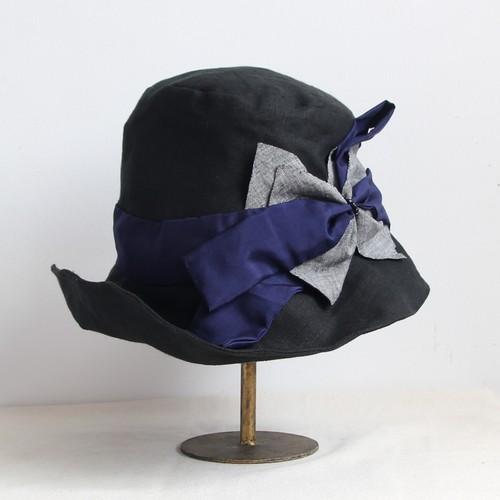 コンビの変形リボンキャペ/黒×グレーリネンとネイビーのシルクベルト
