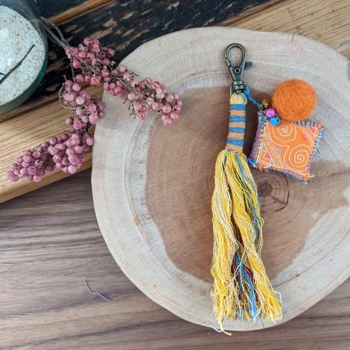 チェンマイ モン族古布の飾りがついたタッセルキーホルダー 黄色
