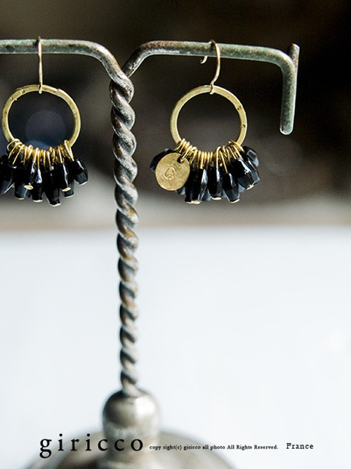フランス製のやさしくカットが光る艶のある黒のスフレガラスのピアス