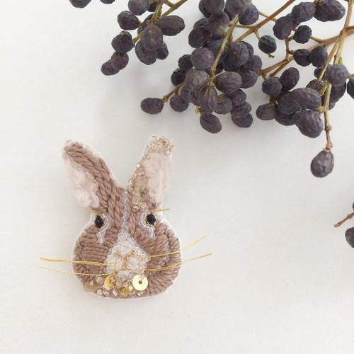 【受注生産】《プチサイズ》Rabbit beige 刺繍ブローチ