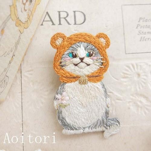『 クマさんの帽子 』 刺繍ブローチ