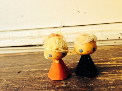 小さな木製のお人形