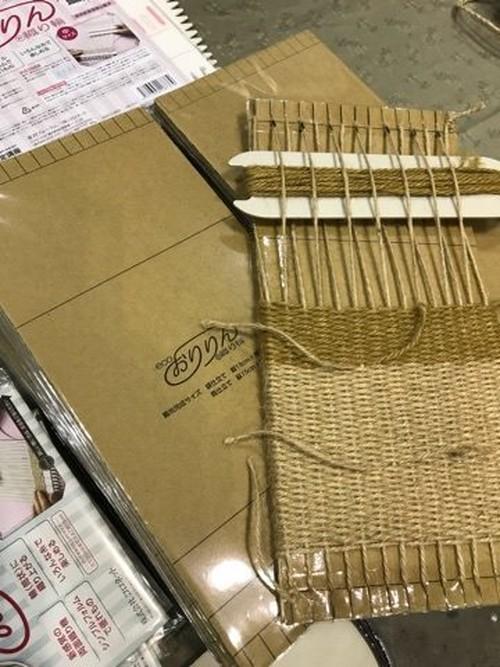 初心者でも簡単に輪織りが楽しめるダンボール版「ecoおりりん(織り輪)」