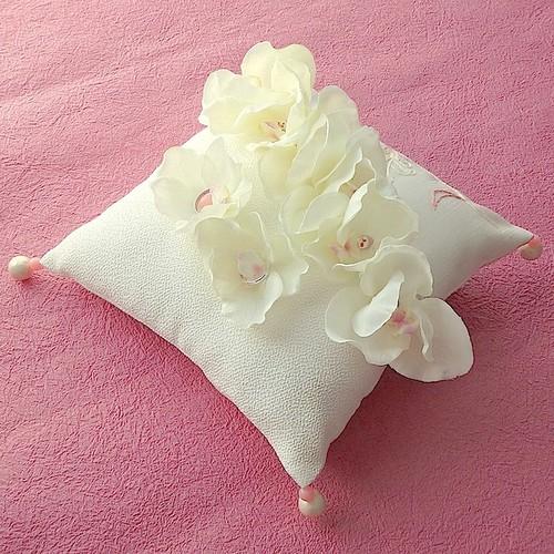 カトレアを飾ったちりめん布の和風リングピロー
