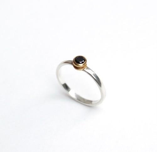 弦のボールエンドを使ったブラックキュービックのリング Strings ball-end ring (BCZ)