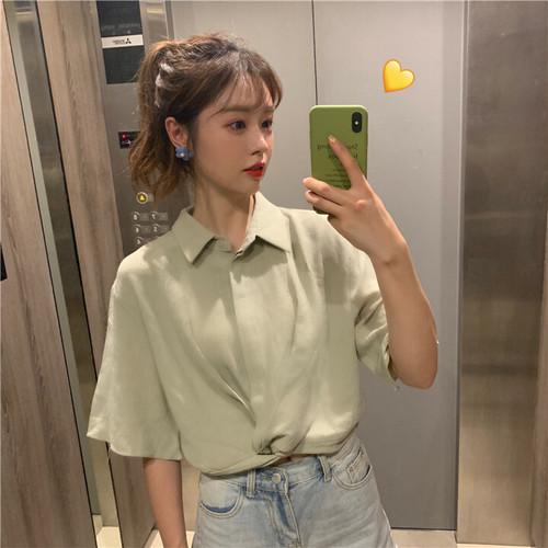 シンプルな襟付きシャツ
