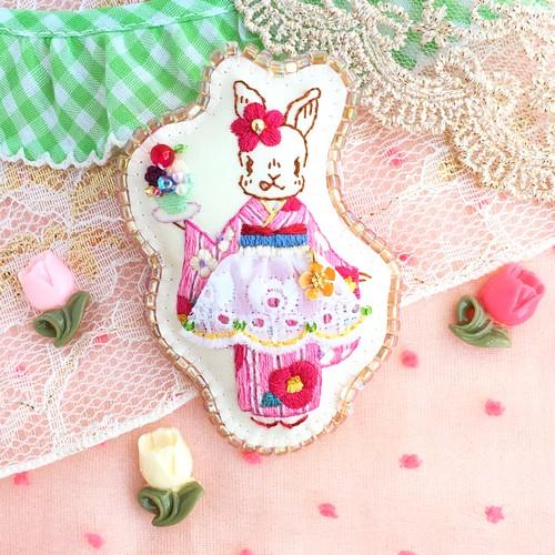 ウサギのスピ  あんみつ屋さんでお手伝い♪   刺繍ブローチ