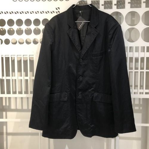光沢のある生地のテーラードジャケット