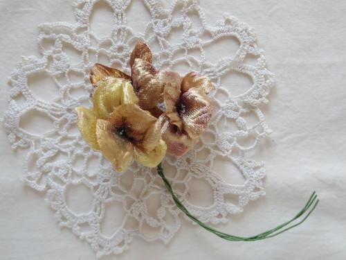 アンティークスタイルの手染め布花コサージュ イエローブラウンのパンジー n-16