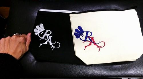 ロゴ刺繍デイリーポーチ 白・黒