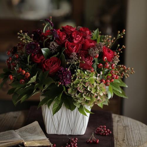 赤バラと実もののアレンジメント