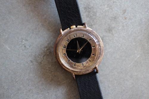刻印数字と黒い文字盤の時計