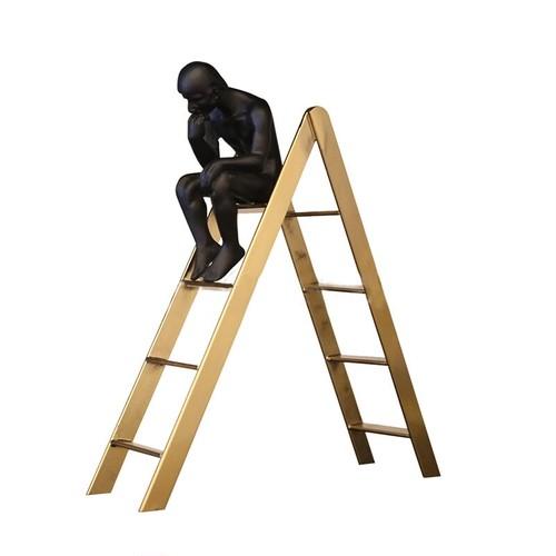 はしごにて考える人