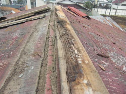 屋根のトタンが剥がれた