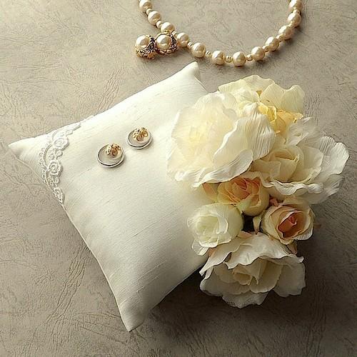 角にバラを飾ったキナリのリングピロー