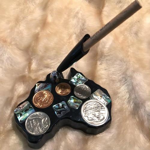 コイン入りのペン立て
