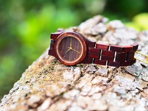 銘木紫檀で製作された木製腕時計