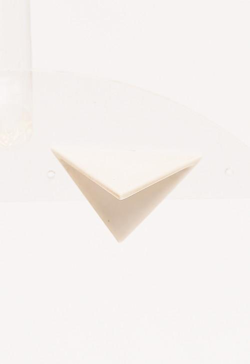 ホワイト トライアングル シングル イヤリング