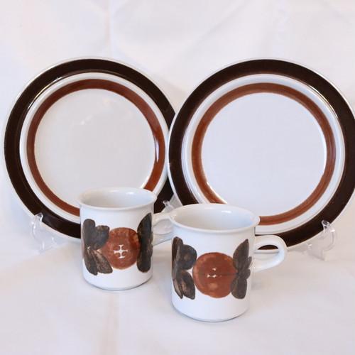 【ご予約品】アラビア ルスカ 20cmプレート2枚とアネモネブラウンコーヒーカップのセット【AB1912-RS20】