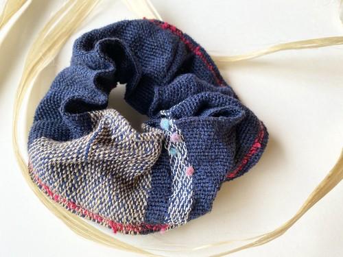 まなのころも手織りのシュシュ精麻入り紺青