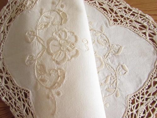 【お花とレース】クリーム色のお花の手刺繍入り オーバル型 テーブルマット /ヴィンテージ・ドイツ