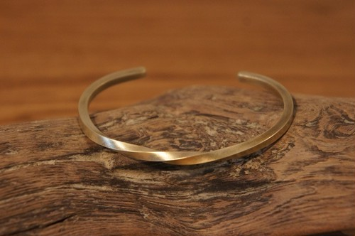center twist brass bangle