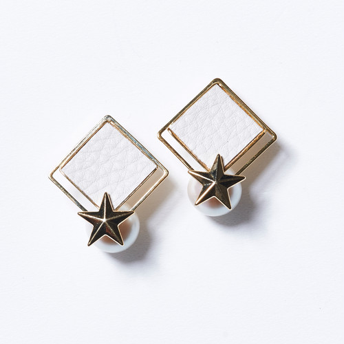 STAR ON PEARL LETHER SQUARE EARRINGS(WHITE)